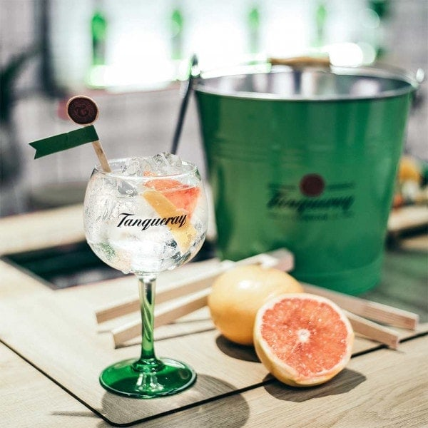 tanqueray-premixed-275ml-lifestyle